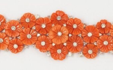 Articulated bracelet in 14K white gold, entirely adorned with chiselled coral flowers punctuated with brilliant-cut diamonds. Length: 20cm. Rough weight: 43.1g.