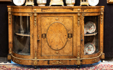 Mid-nineteenth century neoclassical dresser in rootwood decorated with decorated bronze fittings and with a central full door flanked on both sides by a glazed display case door||mid 19th Cent. English neoclassical sideboard in burr or walnut and with...