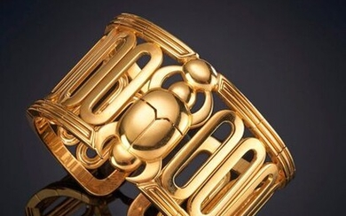 RIGID BRACELET IN 18K YELLOW GOLD WITH ORIGINAL BEETLE DETAIL IN THE CENTER AND LARGE GEOMETRIC LINKS. Price: 2.250,00 Euros. (374.369 Ptas.)