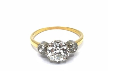 RING in 750 white gold decorated with a 2.67 ct antique cut diamond set with two diamonds in a closed setting
