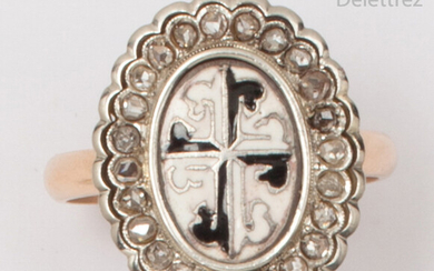Yellow gold ring, decorated with a pattern of white and black enamelled crosses in a ring of rose-cut diamonds. Tour of doigt : 56. P. Brut : 6,2g.
