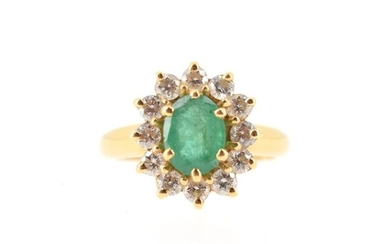 18 K (750°/°°) yellow gold pompadour ring decorated with an emerald in a setting of brilliants.