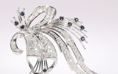 18 kt. White gold - Brooch, Loaded cocktail feather, Stylish Vintage 1950's Fifties - 0.90 ct Sapphire - Diamonds, Total diamond weight 3.50 crt, Natural (untreated)