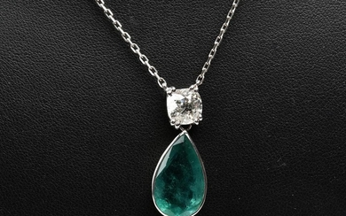 A DIAMOND AND EMERALD PENDANT NECKLACE IN 18CT WHITE GOLD