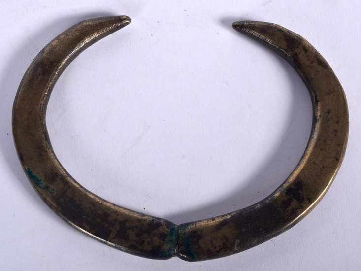 A RARE LATE BRONZE AGE PENDANT, in the form of opposing