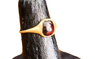 Ancient Roman Gold and Garnet Ring with Cabochon Garnet - (1)