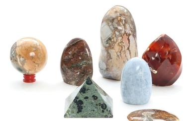 Collection of polished stones, compriaing calcite, jasper, peacock eye stromatolite, agate. And a polished, petrified ammonite. H. 3–16 cm. (7)