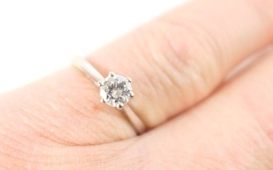 Diamond solitaire ring, the brilliant cut stone of approx....