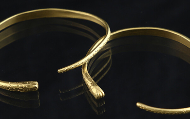 Jewellery gold - Two 22k yellow gold bangle bracelet in the shape of snakes - approximately 13 cm each