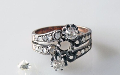 RING in gold and silver, set with three old cut diamonds and roses (two diamonds are missing), work from the end of the XIXth, beginning of the XXth. Weight 3,6 g