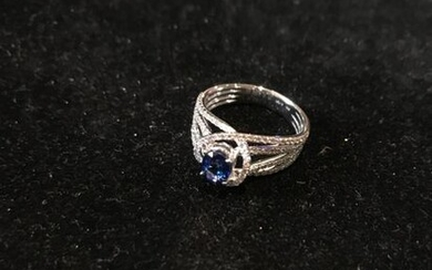 Ring in white gold 750 °/°°° set with a sapphire enhanced by a diamond wire setting.