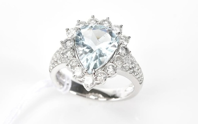 AN AQUAMARINE AND DIAMOND CLUSTER RING IN 18CT WHITE GOLD