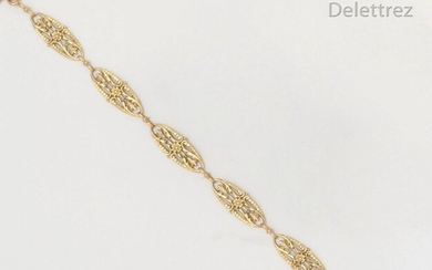 Articulated bracelet in filigree yellow gold with floral decoration. Length: 19cm. Gross weight: 12.2g.