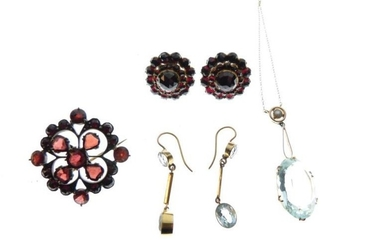 Assorted jewellery to include; unmarked yellow metal pendant set...
