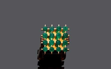 EMERALD AND GOLD RING, ca. 1970.