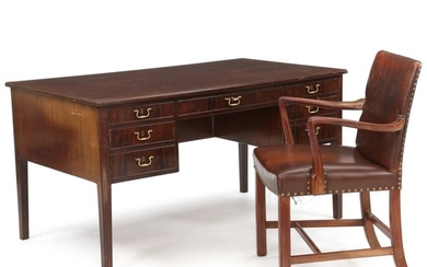 Frits Henningsen, a.o.: Freestanding desk and armchair of mahogany. Desk made by cabinetmaker Frits Henningsen. (2)
