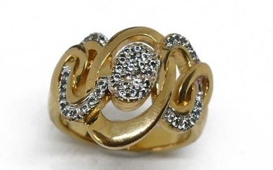 RING in yellow gold, the bezel waves intertwined waves set with diamond chips. Gross weight 8.8 g TDD 59