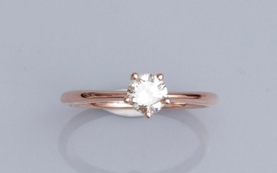 Solitaire ring in pink gold750°/00 (18K), set with a brilliant cut diamond of 0.43 ct (weight). 2.2 g. TDD 53. Width: 5.7 mm