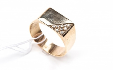 A DIAMOND SIGNET RING IN 9CT GOLD, SIZE T, TOTAL WEIGHT 6.5GMS