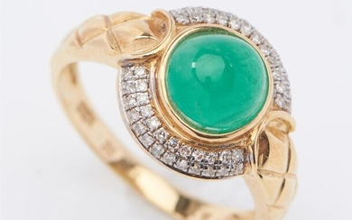 AN EMERALD AND DIAMOND CLUSTER RING IN 18CT GOLD, CENTRALLY SET WITH A CABOCHON CUT EMERALD WEIGHING 2.10CTS, WITHIN A BORDER OF ROU...