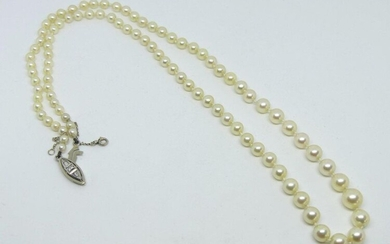 NECKLACE of falling pearls, white gold clasp set with diamonds