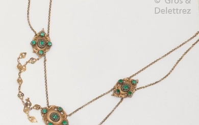 Partially enamelled yellow gold and silver necklace, decorated with three medallions chiselled with scrolls set with green stones and seed pearls. Length: 38cm. Weight: 17,5g. (accidents)