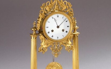 Portico clock in varnished bronze. The circular dial is decorated with sphinxes and swans with outstretched wings. Ovoid base resting on 4 feet on glides.