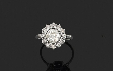 RING in 750 thousandths white gold and 850 thousandths platinum, decorated with a cushion diamond of old cut, in a setting of twelve round and cushion diamonds of old cut. Finger size: 61. Gross weight: 6.6 g. Assumed weight of the main diamond: 2.09...