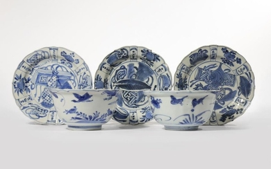 A PAIR OF CHINESE BLUE AND WHITE KRAAK...