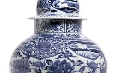 A BLUE AND WHITE VASE WITH COVER.