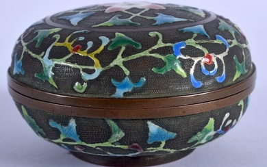 A CHINESE ENAMELLED CIRCULAR BOX AND COVER. 7.5 cm