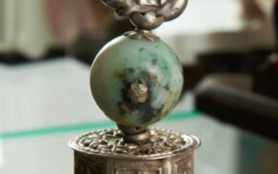 A CHINESE SILVER (UNTESTED) AND JADE BIRD DECORATED STAND WITH CORAL FINIAL, H.14CM, LEONARD JOEL LOCAL DELIVERY SIZE: SMALL