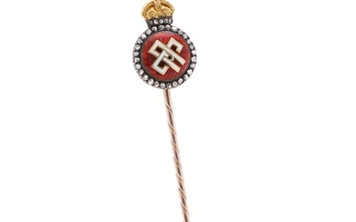 A pin set with Queen Alexandra of England's crowned monogram in enamel encircled by numerous rose-cut diamonds, mounted in 18k gold and silver. L. 8 cm.