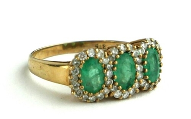 AN EDWARDIAN 9CT GOLD, DIAMOND AND EMERALD RING Three emeral...