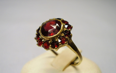 Garnet ring antique yellow gold 8 carat.
