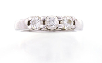RING in 18K white gold decorated with three diamonds of...