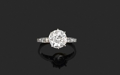 RING in 750 thousandths yellow gold and 850 thousandths platinum, decorated with an antique cushion diamond between two lines of rose-cut diamonds. Finger size: 58.5. Gross weight: 3.1 g. Presumed weight of the diamond: approximately 2.58 ct...