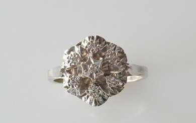 RING in white gold, the round bezel set with diamond chips. Gross weight 3.3 g