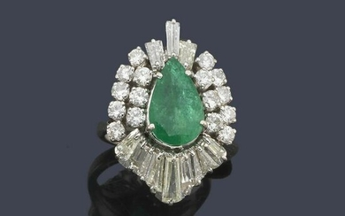 Ring with pear-cut emerald
