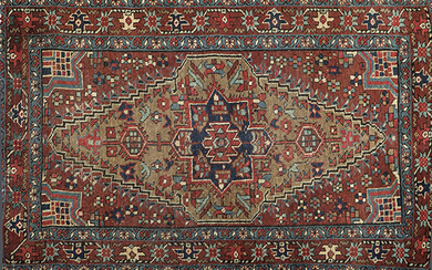 Small antique Turkish carpet, sivas, with stylized geometric decoration and brown field. Size: 135x86 cm. Exit: 100uros. (16.639 Ptas.)