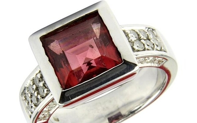 White gold ring with tourmaline and diamonds, rhodium-plated white gold ring band, hallmarked 585, with square ring head, in it in box setting brown-pink tourmaline, ring head 1.1 x 1.1 cm, on band next to head 24 brilliant-cut diamonds, total 0.324...