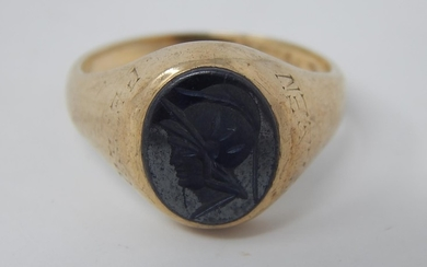 9ct yellow gold intaglio signet ring, gross weight 5.7 grams...