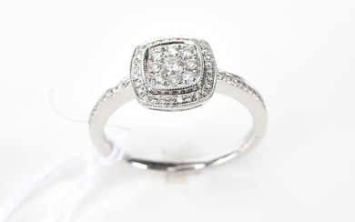 A DIAMOND CLUSTER RING IN 18CT WHITE GOLD