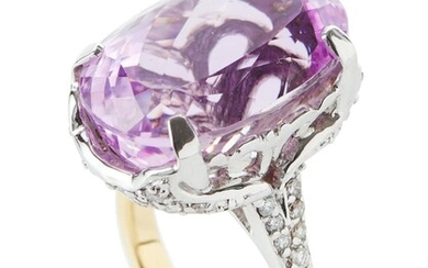 A KUNZITE AND DIAMOND COCKTAIL RING IN TWO TONE 18CT GOLD, CENTRALLY SET WITH AN OVAL CUT KUNZITE OF 25.88CTS, WITHIN DIAMOND SET SH...