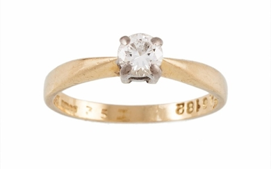 A SOLITAIRE DIAMOND RING, mounted in 18ct yellow gold, size ...