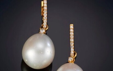 BRIGHTNESS EARRINGS WITH INTENSE EAST PEARLS, on a frame of 18k yellow gold claws. Signed Joyería Suarez. Exit: 700,00 Euros. (116.470 Ptas.)