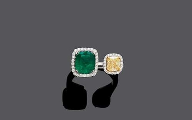 EMERALD AND FANCY DIAMOND RING.