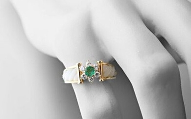 Ring rush yellow gold 750 thousandths, the center with a floral pattern formed by a central emerald surrounded by six brilliants of about 0.02 carat, the shoulders in white mother-of-pearl gadrooned