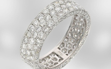 Ring: very attractive and richly set brilliant goldsmith...