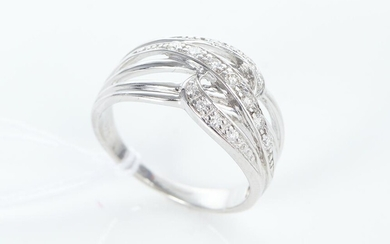 A DIAMOND SET DRESS RING IN 9CT WHITE GOLD, THE DIAMONDS ESTIMATED 0.22CT, SIZE O-P, 4.4GMS